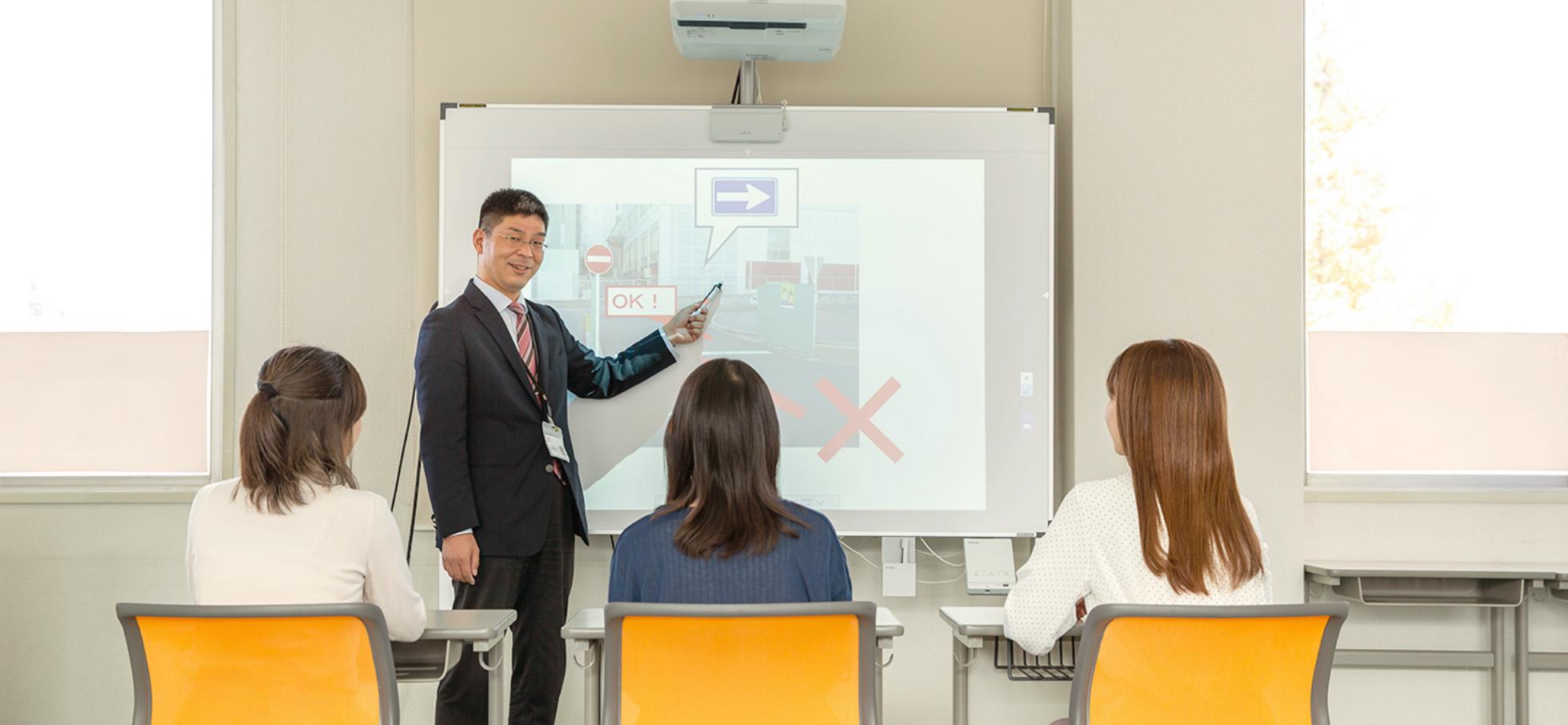 学科教習室で教習生が授業を受けている写真