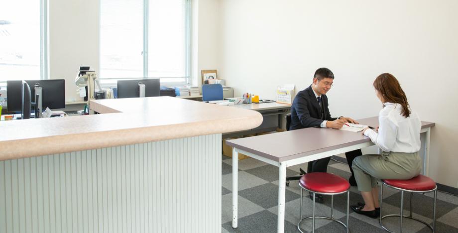 学科相談室で教習生がインストラクターに相談している写真