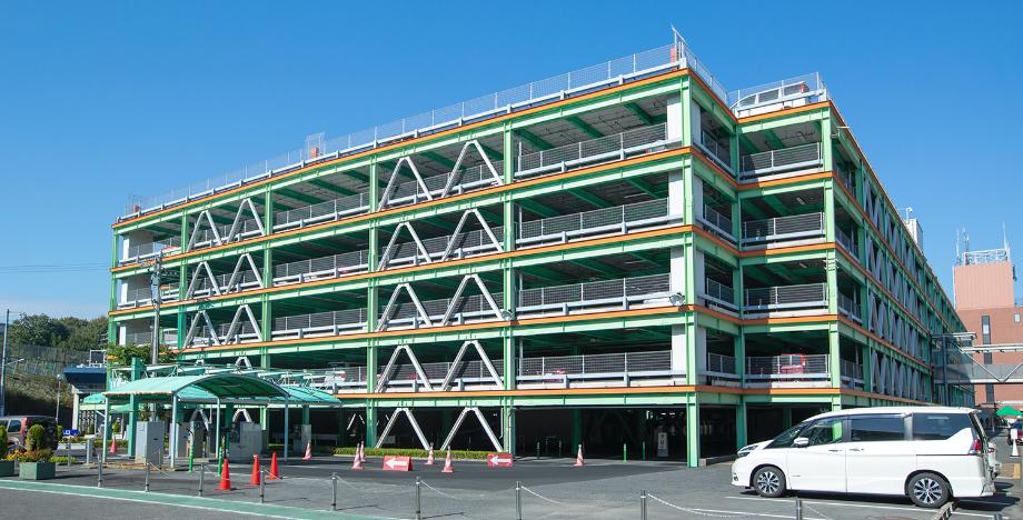 星が丘自動車学校と提携している立体駐車場の写真