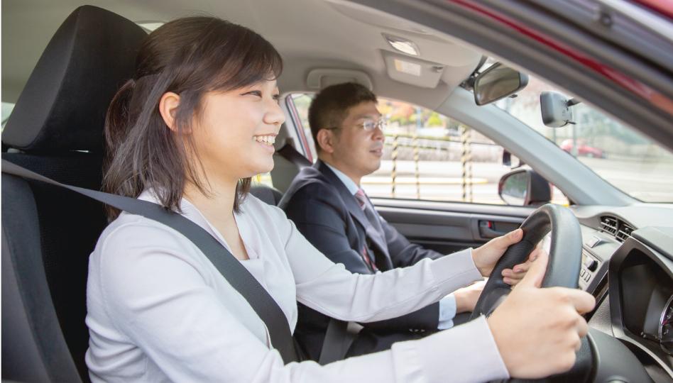 ペーパードライバー講習を受ける教習生の写真