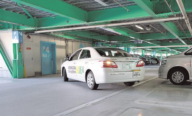 立体駐車場で駐車している教習車の写真