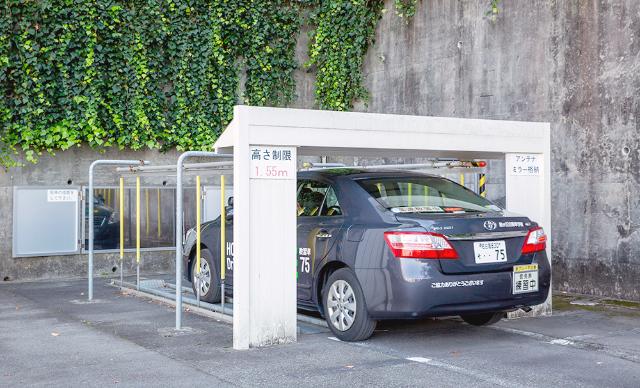 模擬タワー式駐車場で練習をする教習車の写真