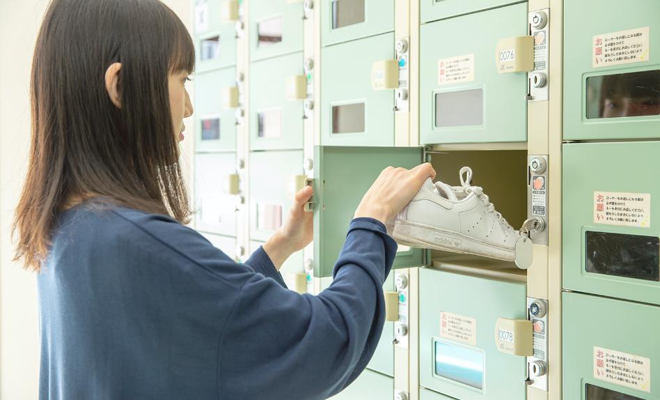 星が丘自動車学校のロッカーに靴を入れる写真