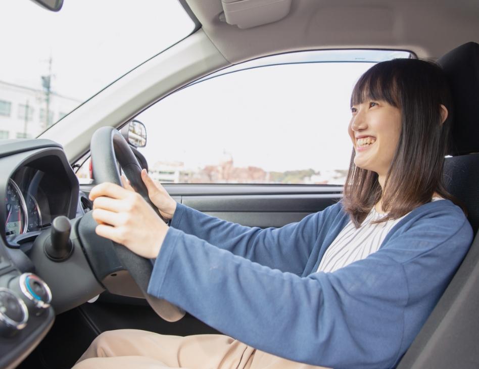 インストラクターと車内で話す教習生の写真