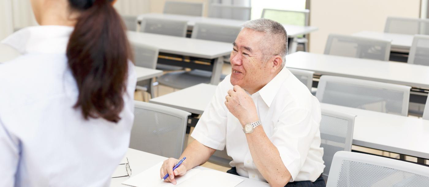 校内で高齢者講習を受ける男性の写真